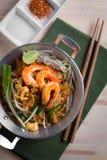 Nouilles frites thaïlandaises avec la crevette rose (protection thaïlandaise), cuis popuplar de la Thaïlande Images libres de droits