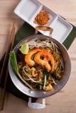 Nouilles frites thaïlandaises avec la crevette rose (protection thaïlandaise), cuisine popuplar de la Thaïlande Photographie stock libre de droits