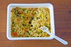 Nouilles instantanées appétissantes dans une thermo-tasse Aliments de préparation rapide photographie stock libre de droits