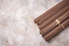 Nouilles japonaises crues crues de soba sur le bacground léger image libre de droits