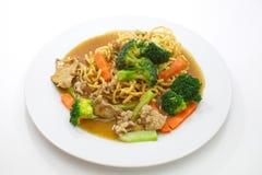 Nouilles jaunes cuites à la friteuse par style chinois Image stock