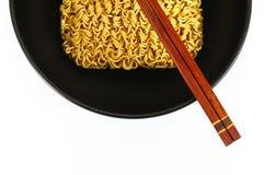 Nouilles sèches en cuvette et baguettes Image stock