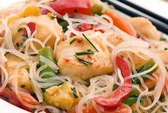Nouilles thaïes avec des poissons photo libre de droits