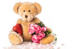 Nounours avec le coeur et les roses Photographie stock