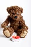 Nounours d'ours de jouet et bougie brûlante. Image stock