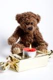 Nounours d'ours de jouet et bougie brûlante. Images libres de droits