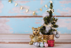Nounours mignon et cadeaux de Noël décorés sur le bleu en bois grunge Photo stock