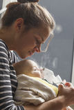 Nourrisson d'enfant d'inhalation de maman au-dessous d'un an Photo libre de droits