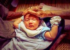 Nourrisson et arrière-grands-parents asiatiques de bébé photographie stock libre de droits