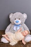 Nourrisson et ours de nounours Images stock