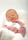 Nourrisson nouveau-né heureux photographie stock libre de droits