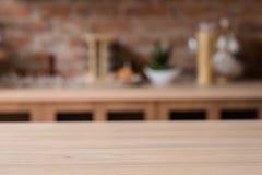 Nourriture à la maison d'espace de travail de cuisine faisant cuire la table en bois Photo stock