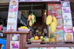 Nourriture à un marché en plein air en île de samui de KOH en Thaïlande image libre de droits