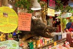 Nourriture à vendre à un marché d'intérieur à Vancouver avec une tête du sanglier sur l'affichage Images stock