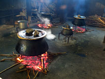 Nourriture étant faite cuire dans des chaudrons Image libre de droits