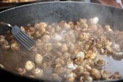 Nourriture étant préparée dans le grand carter image stock