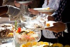 Nourriture étant servie le type de buffet Photographie stock libre de droits