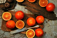Nourriture alcaline et saine : salade rouge d'orange sanguine sur un conseil en bois image libre de droits