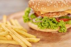 Nourriture américaine classique d'hamburger Photographie stock