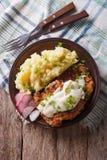 Nourriture américaine : Pays Fried Steak et dessus blanc de verticale de sauce au jus photo libre de droits