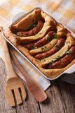 Nourriture anglaise : crapaud dans le trou dans une fin de plat de cuisson  Vert photos libres de droits