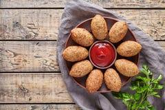 Nourriture arabe du Moyen-Orient traditionnelle de croquettes de boulette de viande de kofta de viande d'agneau de Kibbeh Photo stock