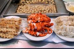 Nourriture asiatique : Brochettes de fruits de mer Photographie stock libre de droits