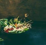 Nourriture asiatique Casserole de wok avec les ingrédients colorés pour le pot coréen du végétarien un Préparation chaude de pot  images libres de droits