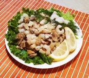 Nourriture asiatique Consommation saine Crevettes et champignons Cuis orientaux photos libres de droits