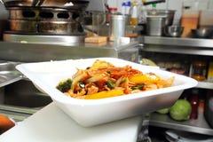 Nourriture asiatique dans une tasse thermo photos libres de droits
