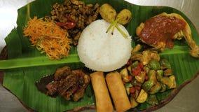 Nourriture asiatique sur la feuille de banane banque de vidéos