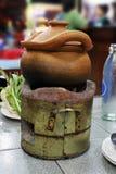 Nourriture Asie thaïlandaise, immersion de pots d'argile plongeant le pot sur la vieille cheminée, piment doux plongeant le pot e Images stock