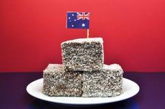 Nourriture australienne traditionnelle - lamingtons - avec l'indicateur Photo stock