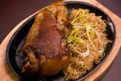 Nourriture bavaroise traditionnelle sur le fond noir Images stock