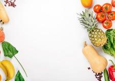 Nourriture biologique de variété sur un fond blanc avec l'espace de copie image libre de droits