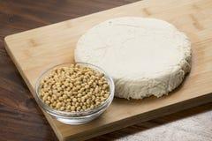 Nourriture : Bol de soja et de tofu sur le fond en bois photographie stock libre de droits