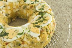 Nourriture brésilienne typique de Cuscuz Paulista avec la farine de maïs photographie stock libre de droits
