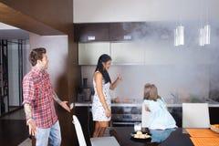 Nourriture brûlée par épouse dans le four image libre de droits
