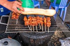 Nourriture Cambodge de rue chiche-kebab sur le bâton en bambou et la baguette française photographie stock libre de droits