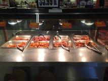 Nourriture chaude fraîche cuite dans le supermarché Photo libre de droits