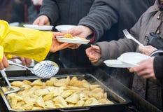 Nourriture chaude pour les pauvres et le sans-abri Photographie stock libre de droits