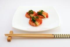 Nourriture chinoise gastronome - crevettes roses grillées de tigre de roi sur le blanc Images stock
