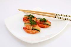 Nourriture chinoise gastronome - crevettes roses grillées de tigre de roi sur le blanc Photo libre de droits