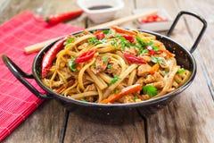 Nourriture chinoise sur le wok photos libres de droits