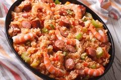 Nourriture créole : jambalaya avec le plan rapproché de crevette et de saucisse horizon Photographie stock