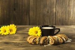 Nourriture Cuisson de confiserie La boulangerie cuite au four fraîche avec le pavot voient photo libre de droits