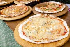 Nourriture cuite au four par pizza mince colorée méditerranéenne Image stock