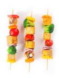 Nourriture cuite colorée de tofu de chiche-kebab sur le fond blanc Photographie stock