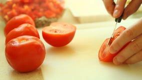 Nourriture découpage en tranches avec le légume rouge de tomate de couteau de cuisine banque de vidéos