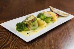 Nourriture délicieuse dans une soumission gentille d'un plat blanc image stock